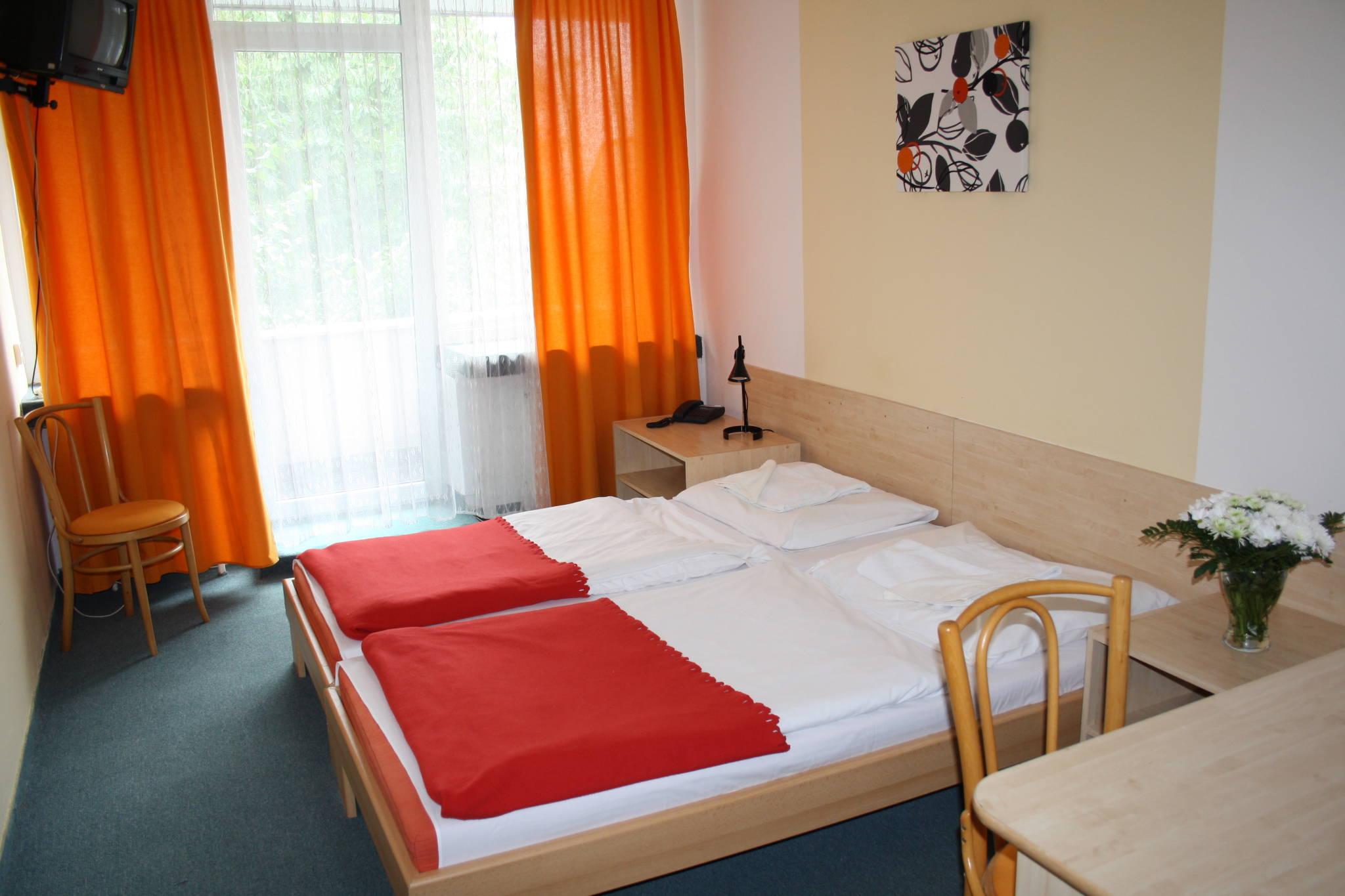 Březno.  Ačkoliv jsme s kolegyní měli objednané jednolůžkové pokoje, dostali jsme pokoje prostorné, rozhodně...
