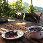 reggeli a teraszon