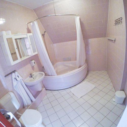 Sarokkádas fürdőszoba