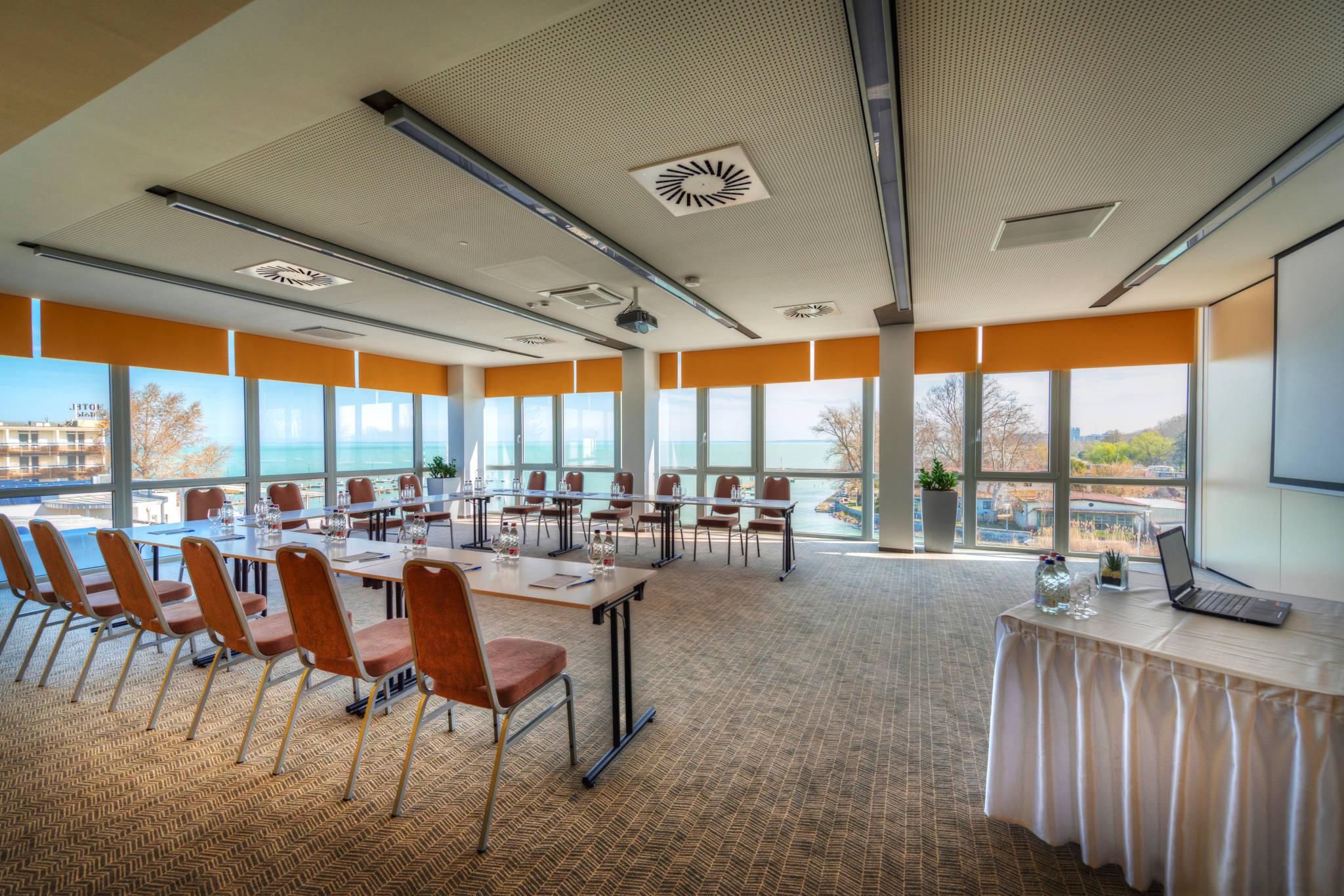 Hotel Yacht Wellness & Business Siófok - -