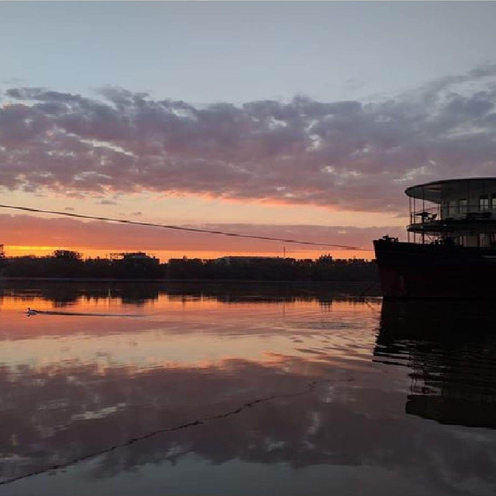 Aquamarina Boathotel & Rendezvényhajó Budapest - Napfelkelte