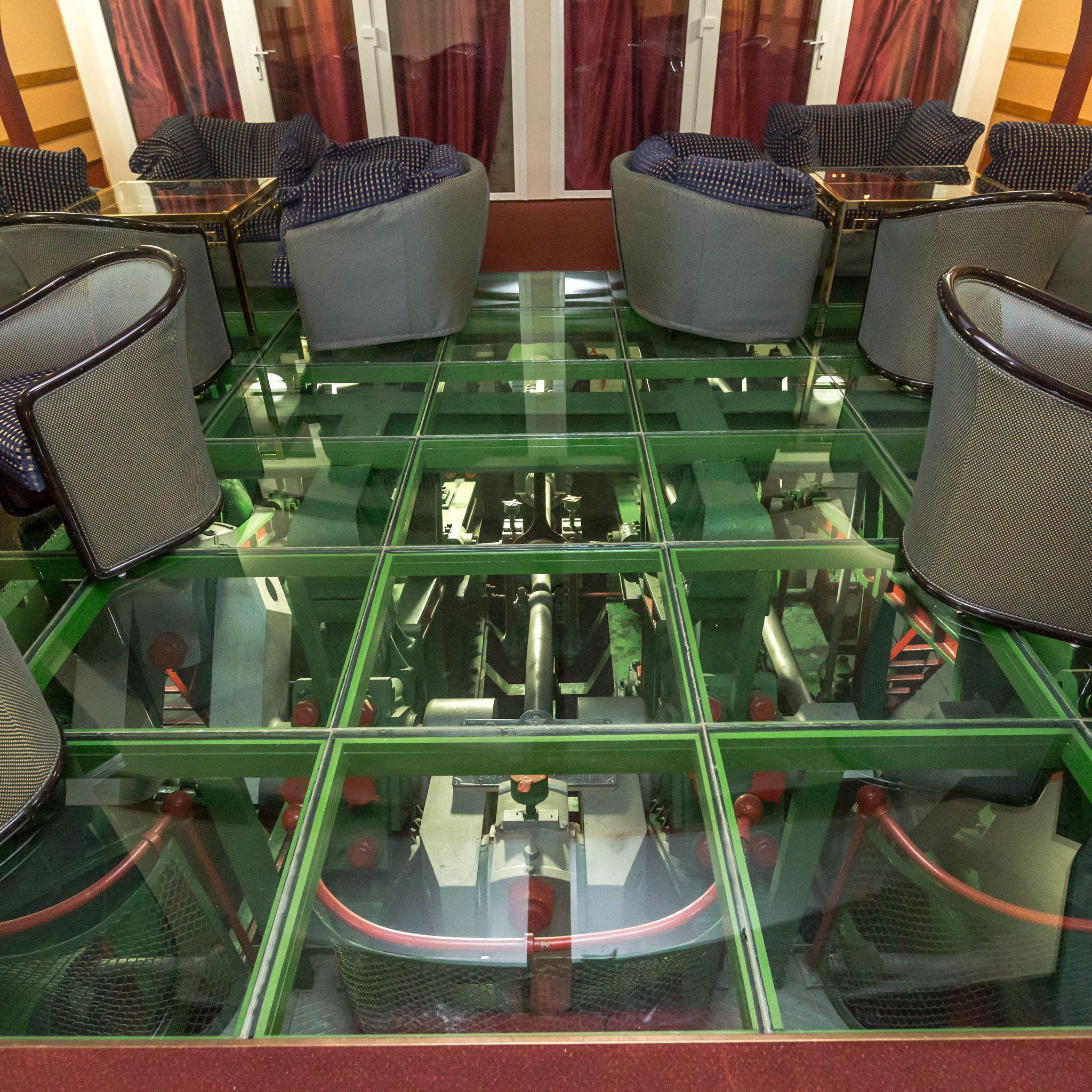 Aquamarina Boathotel & Rendezvényhajó Budapest - Hajó motorjától csak egy üvegpadló választja el.
