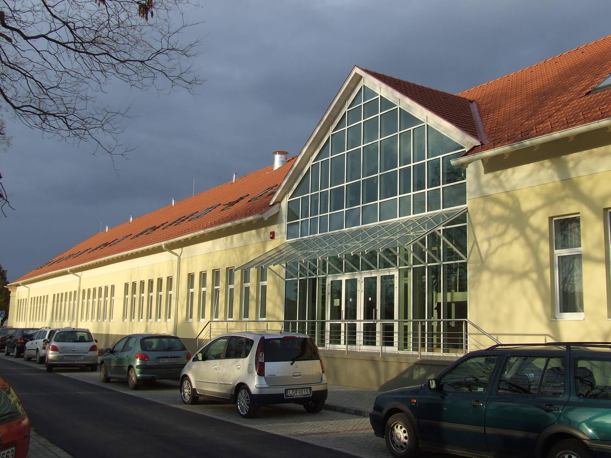 épület