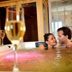 Aktív romantika Tiszaugon, az X-Games Hotelben 3 nap/2 éjszaka hétvégi felár nélkül, 1 alkalom csokiszökőkút kóstolóval VAGY 1 alkalom romantikus sétahintózással és piknikkel