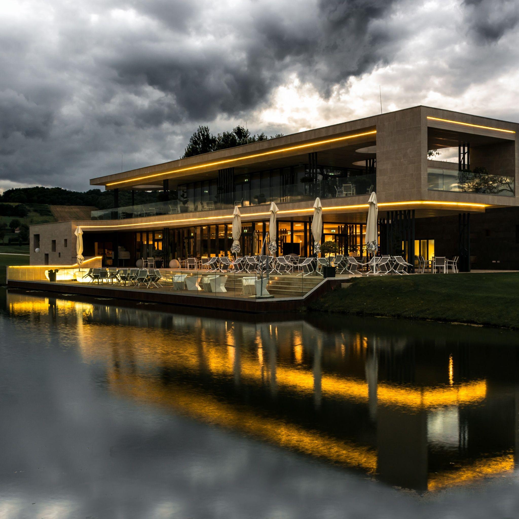 Zala Springs Golf Resort Zalacsány - Háromszintes, 3000 m2-es épület építészetileg is különleges, belső terei átgondolt, letisztult vonalvezetést tükröznek, melyet nemcsak az építész szakma de az ügyfeleink is nagyra értékelnek.