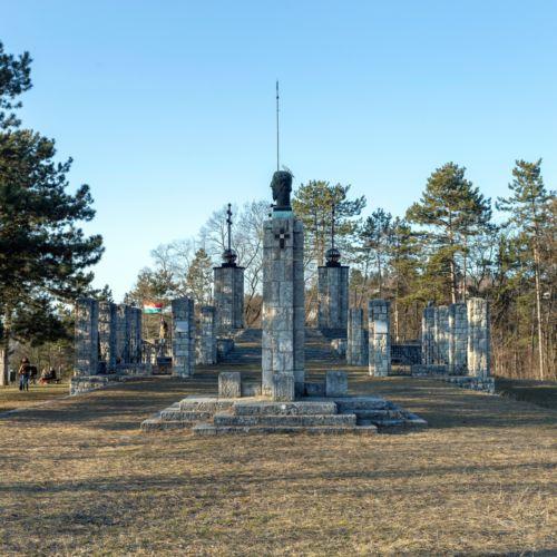 Országzászló és trianoni emlékmű | Zebegény