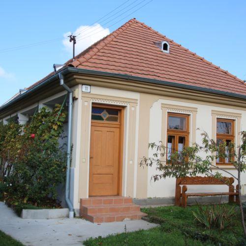 Felvidéki Népviseletes Babák Háza | Búč