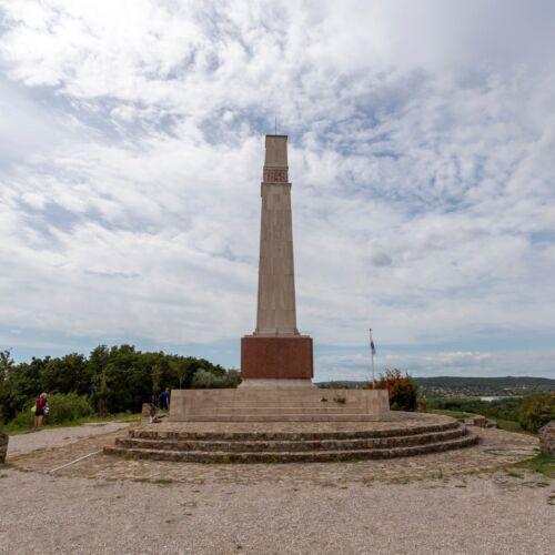 A pákozdi csata emlékműve   Pákozd