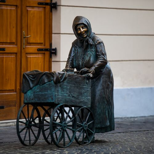 Kati néni szobra | Székesfehérvár