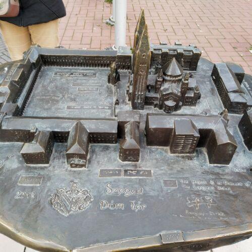 Dóm tér kisplasztikája   Szeged