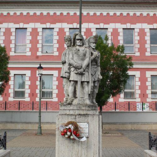Zászlótartó szobrok | Mohács
