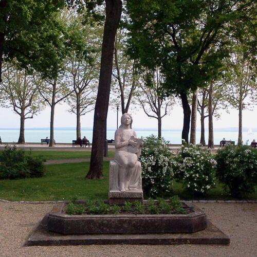 Lantpengető lány szobra   Balatonfüred