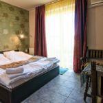 Pokoj s manželskou postelí na poschodí