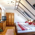 Camera tripla la mansarda cu vedere spre gradina (se poate solicita pat suplimentar)