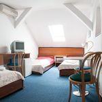 Tetőtéri fürdőszobás háromágyas szoba