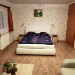 Apartman s balkónem s manželskou postelí s 1 ložnicí na poschodí (s možností přistýlky)