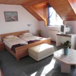 Tóra néző tetőtéri franciaágyas szoba (pótágyazható)