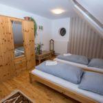 Apartament la mansarda cu vedere spre padure cu 2 camere pentru 4 pers. (se poate solicita pat suplimentar)