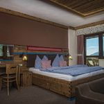 Номер с двуспальной кроватью Комфорт с видом на горы (с доп. местом)