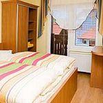 Izba s manželskou posteľou s výhľadom do záhrady na poschodí