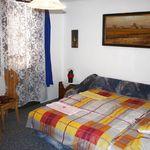 Pokoj s manželskou postelí s výhledem do zahrady v podkroví