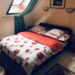 Pokoj s koupací vanou s manželskou postelí na poschodí