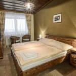 Pokoj s manželskou postelí s výhledem na hory