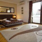 Apartament superior cu vedere spre curte cu 2 camere pentru 4 pers.