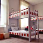 Camera single pat in dormitor comun cu 8 X paturi cu cadita de dus