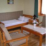 Camera twin cu cada cu vedere spre padure