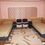 Camera tripla cu vedere spre curte cu bucatarie comuna (se poate solicita pat suplimentar)