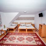 Camera tripla la etaj