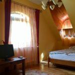 Panorámás tóra néző franciaágyas szoba