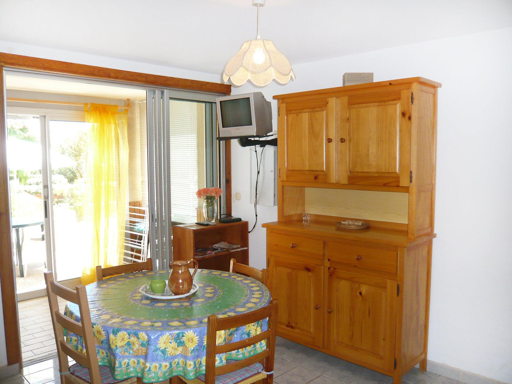 apartment les portes de la plage gruissan. Black Bedroom Furniture Sets. Home Design Ideas