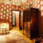 Udvarra néző közös fürdőszobás háromágyas szoba