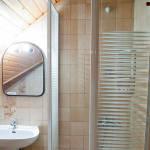 Emeleti fürdőszobás franciaágyas szoba