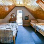 Tetőtéri fürdőszobás négyágyas szoba