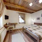 Izba s manželskou posteľou s výhľadom na dvor  (s možnosťou prístelky)