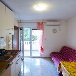 Na katu apartman za 3 osoba(e) sa 2 spavaće(om) sobe(om)