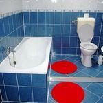 Városra néző fürdőkádas franciaágyas szoba
