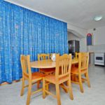 Apartament la parter cu vedere spre mare cu 2 camere pentru 6 pers.
