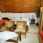 Hegyekre néző emeleti franciaágyas szoba (pótágyazható)