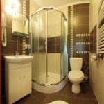 Fürdőszobás síkképernyős tv négyágyas szoba
