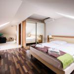 Apartament la mansarda cu aer conditionat cu 1 camera pentru 2 pers. (se poate solicita pat suplimentar)