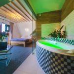 Balkonos fürdőkádas franciaágyas szoba
