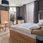 Vierbettzimmer mit Klimaanlage und Dusche