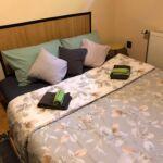 Pokoj se společnou koupelnou s manželskou postelí na poschodí