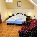 Pokoj s manželskou postelí s výhledem na jezero na poschodí