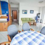 Apartament cu aer conditionat cu vedere spre mare cu 6 camere pentru 15 pers. K-16050