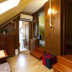 Tetőtéri fürdőkádas négyágyas szoba